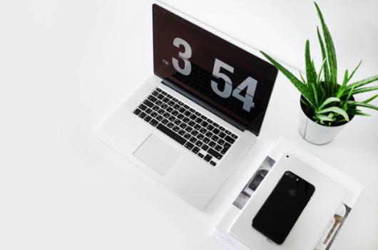 Arbeitszeitenmodelle, Laptop mit Uhrzeit