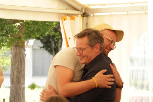 ACCENON Jubiläum Christian und Rainer umarmen sich