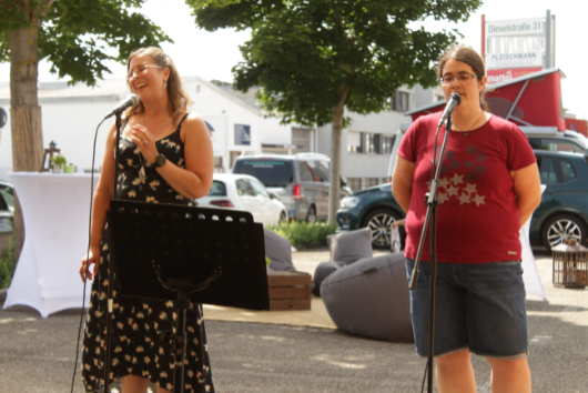 ACCENON Jubiläum Tanja und Samanta singen